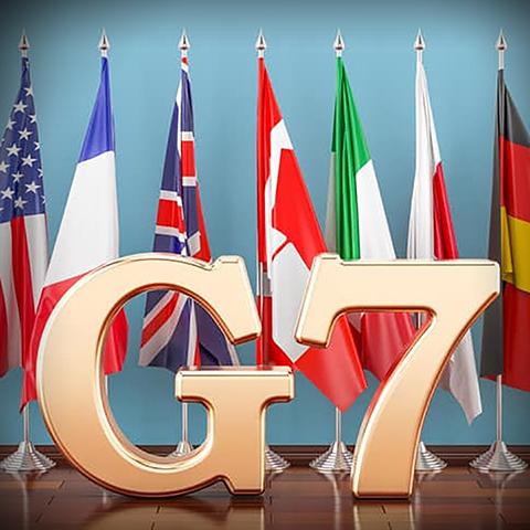 Макрон подарил лидерам G7 часы из переработанного пластика