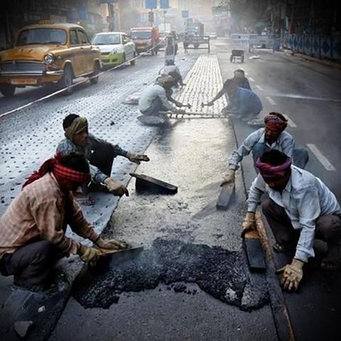 В Индии строят дороги из переработанного пластика